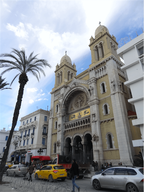 大聖堂イブン・ハルドゥーン像前