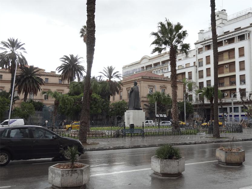 チュニジアの風景(7)雨に打たれるイブン・ハルドゥーン像